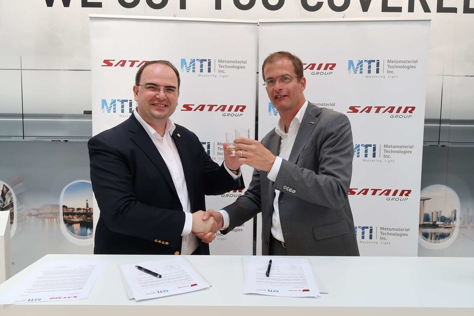 George Palikaras, Founder and CEO of Metamaterial Technologies Inc. (left) and Bart Reijnen, CEO of Satair Group (CNW Group/Metamaterial Technologies Inc.)