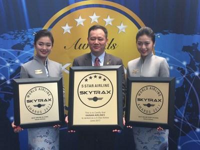 Hainan Airlines a aussi été distinguée comme Meilleure compagnie aérienne chinoise et a reçu le prix du Meilleur service offert par le personnel sur une compagnie aérienne chinoise (PRNewsfoto/Hainan Airlines Co., LTD)