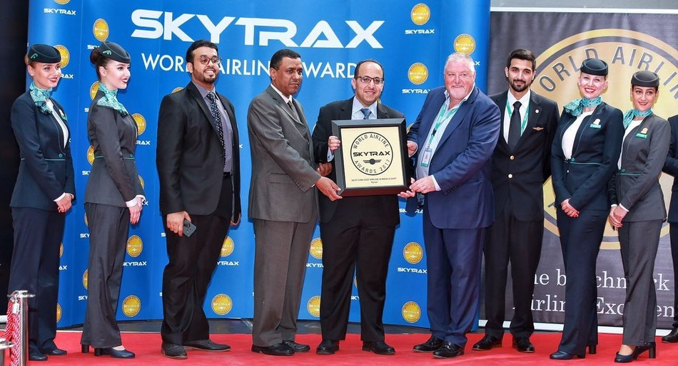 Mr.Bander Almuhanna group CEO, flynas receiving the award along with flynas top management. (PRNewsfoto/flynas)