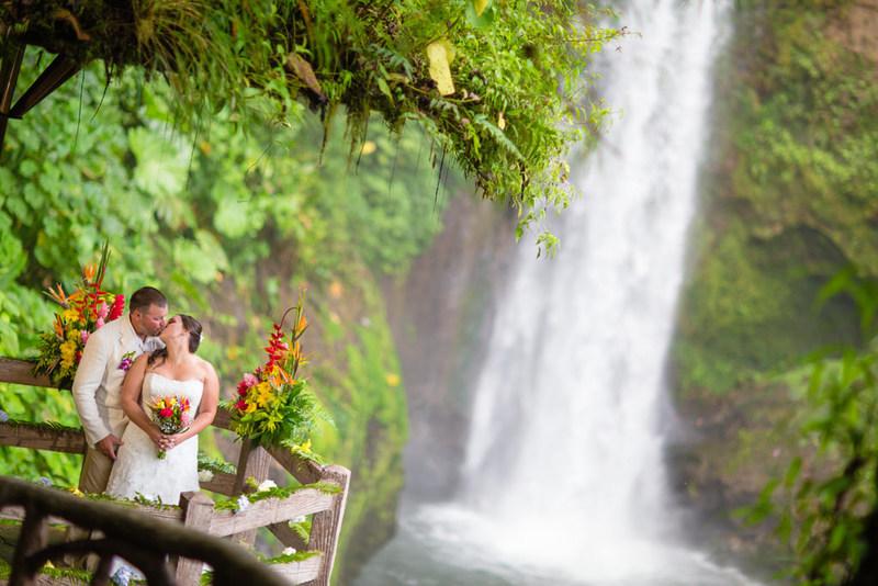Vivez des moments inoubliables près d'une chute époustouflante au Costa Rica. Ce couple a échangé ses vœux de mariage dans les jardins de la cascade La Paz, à environ 25 milles au nord-ouest de San José, la capitale.