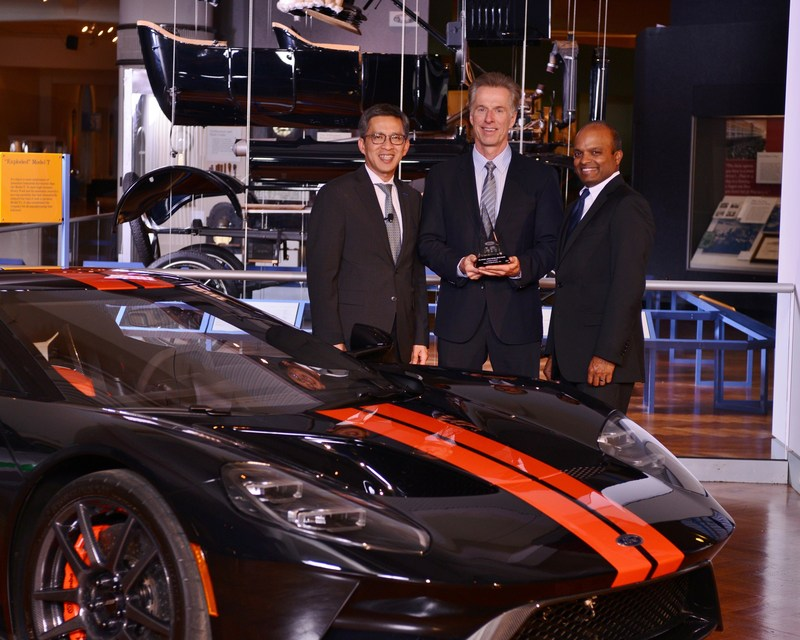 In recognition of its efforts in supporting Lincoln's luxury brand, Ford Motor Co. honored Magna with a special Lincoln Luxury World Excellence Award. Magna CEO Don Walker received the award from Ford executives Hau Thai-Tang and Raj Nair. (CNW Group/Magna International Inc.)