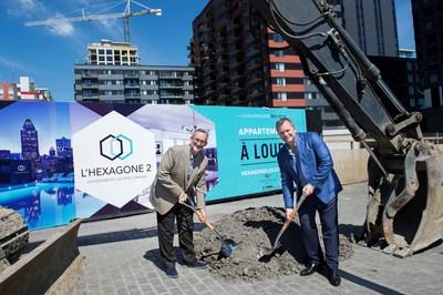 Normand Bélanger du Fonds immobilier de solidarité FTQ et Serge Goulet de Devimco Immobilier lors de la pelletée de terre pour le projet résidentiel locatif L'Hexagone 2 dans le quartier Griffintown de Montréal (Groupe CNW/Fonds de solidarité FTQ)