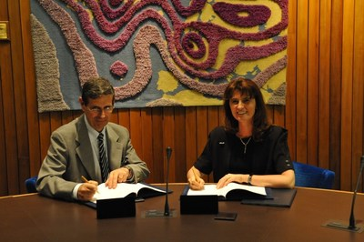 The Head of the Italian National Meteorological Service, Col. Silvio Cau, and ECMWF Director-General Florence Rabier (seated) signed the high-level agreement on the data centre in the presence of representatives from all 22 ECMWF Member States (PRNewsfoto/ECMWF)