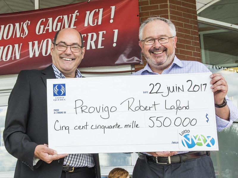 À gauche, on voit M. Paulo Seminaro, entrepreneur en commercialisation; à droite, on aperçoit M. Robert Lafond, propriétaire du Provigo. (Groupe CNW/Loto-Québec)