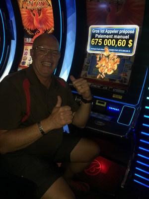 Le gagnant, M. Normand Boisvert, de Laval. (Groupe CNW/Casino de Montréal)