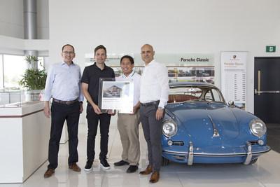 Les automobiles Porsche Canada, Ltée. (PCL) souligne l'ouverture du partnenaire certifié Porsche Classic de Pfaff Porsche comme étant le deuxième de son genre au Canada. Alexander Fabig (à gauche), directeur du Classic de Porsche AG, Roberto DePrisco (à droite), directeur de l'après-vente chez PCL, présente à James Coats (centre à gauche), directeur général de Pfaff Porsche, ainsi qu'à Laurance Yap (centre à droite), directeur du Marketing de Pfaff avec un certificat pour marquer l'occasion. (Groupe CNW/Automobiles Porsche Canada)