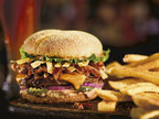 BBQ Boss Hog es una deliciosa hamburguesa gourmet hecha con carne de hamburguesa marinada en chile ancho y cubierta con queso cheddar, rebanadas de pepinillo, tiras de tortillas, cebolla roja, lechuga y mayonesa Campfire ahumada sobre un pan Kaiser de harina de maíz y jalapeño.