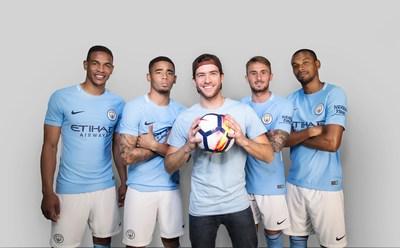"""Gabriel Pacca de """"Woo the Board"""" filma um comercial com os jogadores do  """"Manchester City""""."""