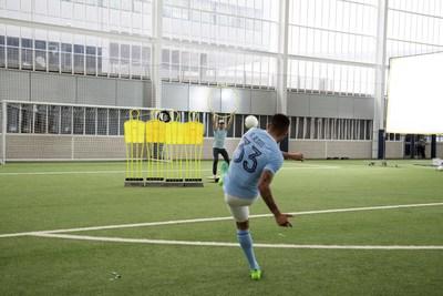 """O jogador do """"Manchester City"""", Gabriel Jesus, desafia o equilíbrio de Gabriel Pacca durante a sessão de fotos do Wix e """"Woo the board""""."""