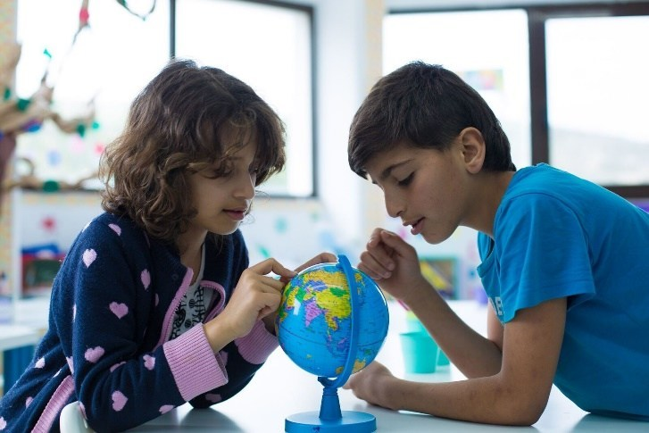 Syrian Refugee students in geography class at Elpida Home, Greece. © The Radcliffe Foundation