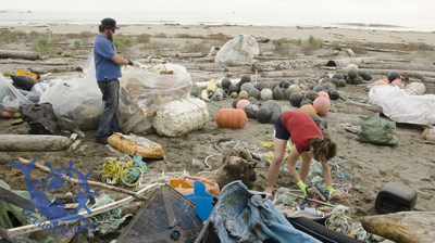 Volunteers from Ocean Legacy Foundation collecting plastic marine litter for the Lush Cosmetics recycling project. (CNW Group/Canada Fibers Ltd.)