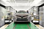 Uno de los primeros vehículos Toyota Camry 2018 fabricados en Toyota Motor Manufacturing, Kentucky, Inc. (TMMK) sale de la línea de producción en junio de 2018. El nuevo Camry estará disponible en cinco clases: L, LE, XLE, SE y XSE. Los vehículos comenzarán a llegar a los distribuidores a fines del verano.