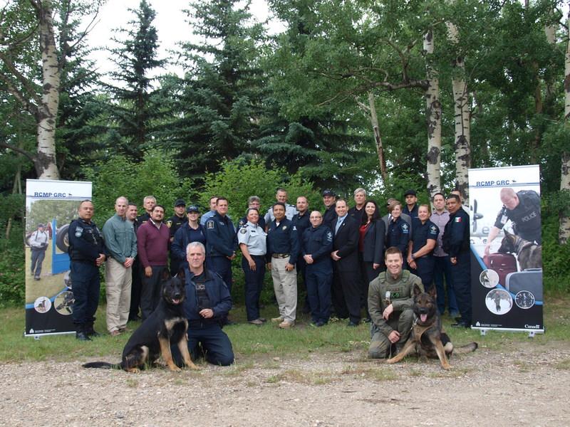 Représentants des 11 organismes d'application de la loi nord-américains en formation à l'Atelier sur la détection de fentanyl par les chiens de police de la GRC les 28 et 29 juin 2017 à Innisfail, en Alberta (Groupe CNW/Gendarmerie royale du Canada)