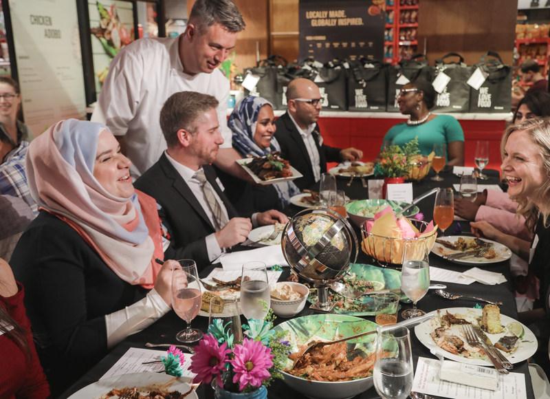 Le personnel du magasin Maple Leaf Gardens de Loblaws(MD) et le Choix du Président(MD) tiennent un souper #MangerEnsemble avec Purpose, UNICEF Global et 12 nouveaux résidents canadiens. (Groupe CNW/Les Compagnies Loblaw limitée)