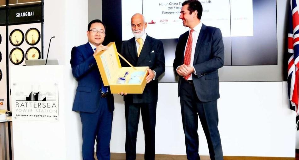 Chinese representative presents Prince Michael of Kent with Dream Blue, a brand of Chinese Baijiu (a strong distilled spirit) (PRNewsfoto/2017 China-United Kingdom)