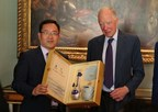 Chinese representative presents Lord Jacob Rothschild with Dream Blue, a brand of Chinese Baijiu. (PRNewsfoto/2017 China-United Kingdom)