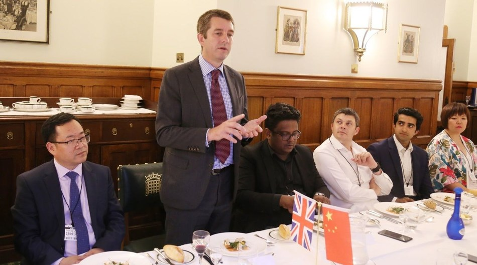 Entrepreneurs from China and the UK talk at the reception dinner at the House of Lords. (PRNewsfoto/2017 China-United Kingdom)