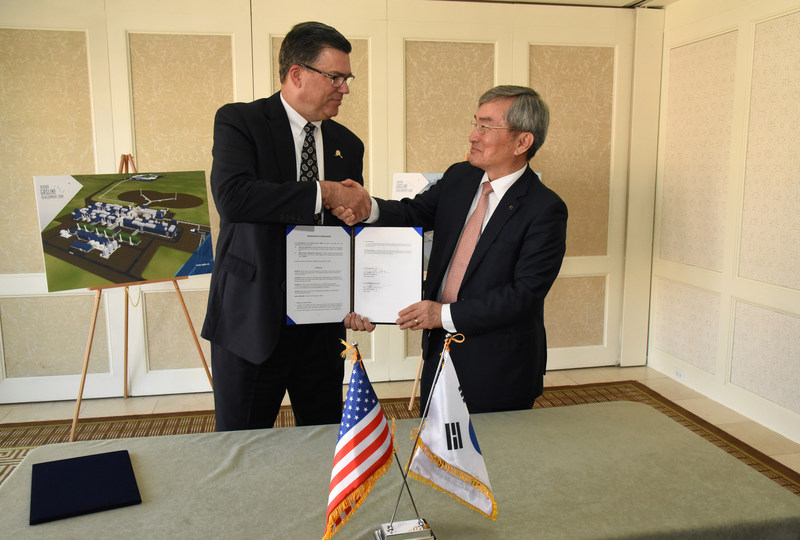 Alaska Gasline Development Corporation President Keith Meyer and Korea Gas Corporation President and CEO Dr. Seung-hoon Lee at the signing of a memorandum of understanding between the two organizations in Washington, D.C. on June 28, 2017. (Neshan H. Naltchayan / Alaska Gasline Development Corporation)