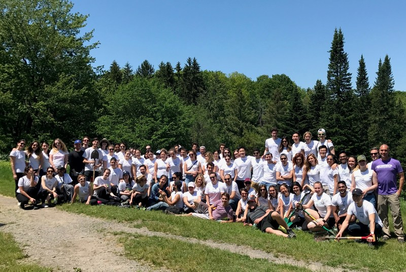 L'Oréal Canada employees at one of their Citizen Day activities. (CNW Group/L'Oréal Canada Inc.)