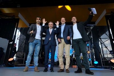 Team presentation in Düsseldorf: Mayor Thomas Geisel (2nd from left) with Tour de France General Director Christian Prudhomme, and cycling stars Marcel Wüst (l.) and Jens Voigt (r.) © Landeshauptstadt Düsseldorf/Michael Gstettenbauer (PRNewsfoto/City of Dusseldorf)
