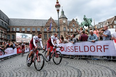 Riders parade through Düsseldorf's old town. © Landeshauptstadt Düsseldorf/Uwe Schaffmeister (PRNewsfoto/City of Dusseldorf)
