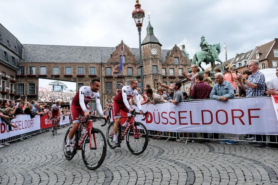 Riders parade through Düsseldorf's old town. © Landeshauptstadt Düsseldorf/Uwe Schaffmeister (PRNewsfoto/City of Dusseldorf)