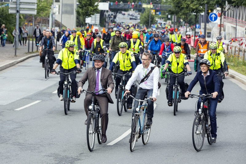 Thomas Kufen, Lord Mayor of the city of Essen, and Simone Raskob, Head of the Department of Environment and Construction and project leader of the European Green Capital – Essen 2017 during the bicycle-event at the day of movement. (PRNewsfoto/European Green Capital - Essen)
