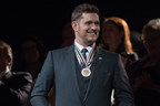 Canadian crooner, Michael Bublé shows his Canadian pride at the GGPAA Gala by wearing a Les Plaisirs de Birks Diamond Maple Leaf pin. (CNW Group/Birks Group Inc.)