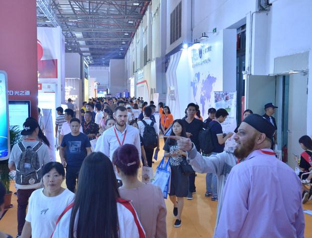 La Megaferia de la Iluminación ubicada en la fuente del sector. (PRNewsfoto/China (Guzhen) International Li)