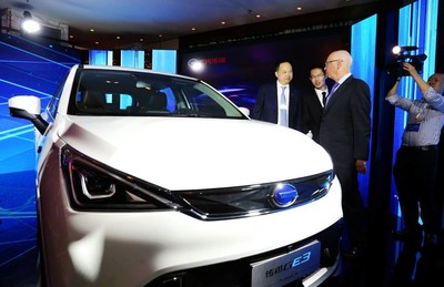 Yu Jun, president of GAC Motor gave an introduction about GAC Motor vehicles to Klaus Schwab, executive chairman of World Economic Forum