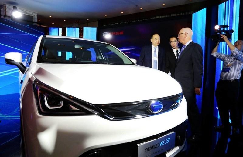Yu Jun, president of GAC Motor gave an introduction about GAC Motor vehicles to Klaus Schwab, executive chairman of World Economic Forum