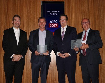 Raymond Larivée (à droite), président-directeur général du Palais des congrès de Montréal, à la remise de prix tenue à l''occasion de la conférence annuelle de l''AIPC, le 4 juillet à Sydney en Australie. (Groupe CNW/Palais des congrès de Montréal)