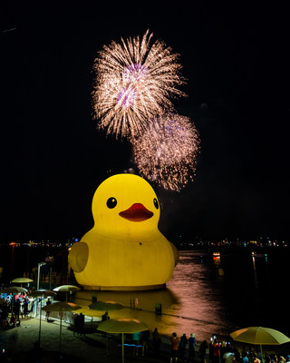 Canada Day July 1 fireworks from HTO Park at the Redpath Waterfront Festival with Mama Duck.  Photo by Jim Orgill (CNW Group/Water's Edge Festivals & Events)