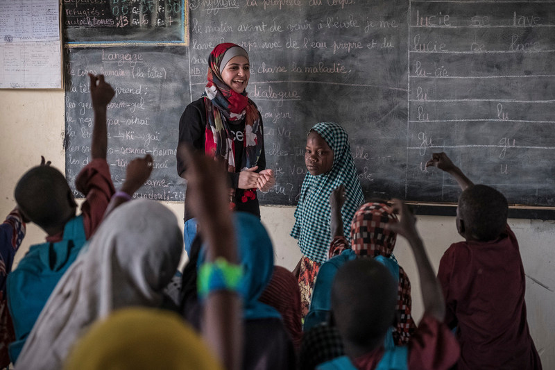 Syrian refugee, education activist and UNICEF Goodwill Ambassador Muzoon Almellehan meets with students of the School of Peace at a site for internally displaced people in Chad. © UNICEF/UN060342/Sokhin (CNW Group/UNICEF Canada)