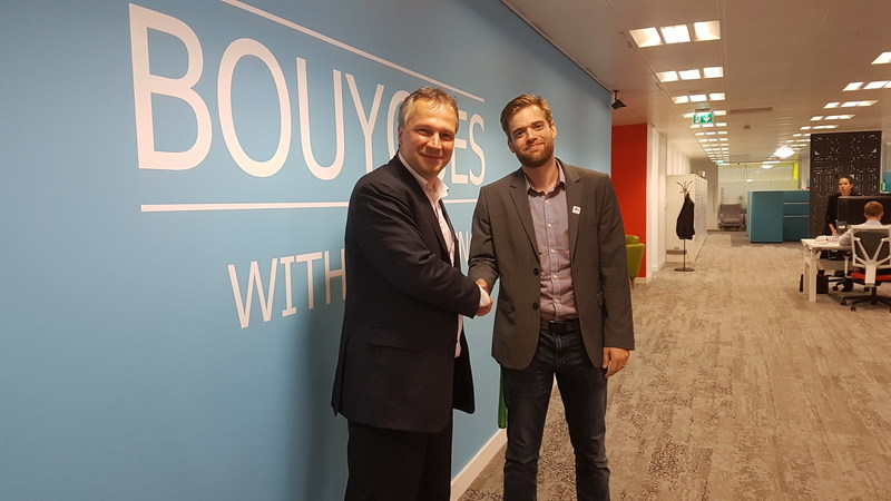 Emmanuel Chautemps, Director of Commercial Buildings at Bouygues Energies & Services, and Petar Kramaric, Platform Director at Flybits, at Bouygues' London office (CNW Group/Flybits Inc.)