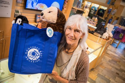 Monterey Bay Aquarium Executive Director Julie Packard holds a reusable shopping bag. Nineteen members  of the nationwide Aquarium Conservation Partnership today (July 10) announced they have all eliminated use of plastic shopping bags and plastic straws as part of a nationwide consumer campaign targeting plastic pollution that threatens the health of the ocean, lakes and rivers. Credit: Monterey Bay Aquarium