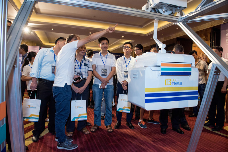 Bardeen (the second left), CTO of iBosst, shows to the audience the Intelligent Logistics Express System. (PRNewsfoto/Guangdong iBosst Ltd.)