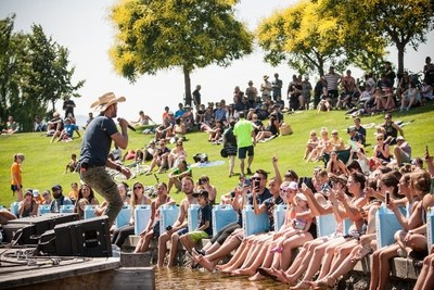 Dean Brody performing live at the #LoveCanKelowna event this weekend (CNW Group/World Vision Canada)