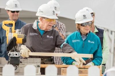"""Dans le cadre du 150e anniversaire du Canada, le président Jimmy Carter et sa conjointe, Rosalynn Carter, donnent le coup d'envoi à une semaine de construction en collaboration avec Habitat pour l'humanité, afin d'offrir à 150 familles la chance d'avoir un logis qu'ils pourront appeler """"maison"""". (Groupe CNW/Habitat pour l'humanité Canada)"""