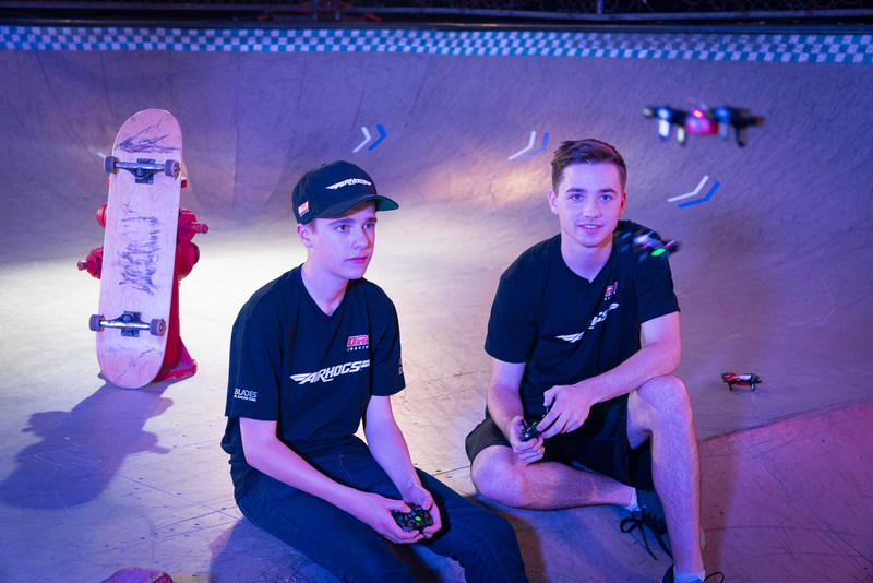 To kick off his partnership with Air Hogs, Luke Bannister aka BanniUK (left) joined Johnny Schaer aka JohnnyFPV (right), VIP, media and retailers, along with NEXXBlades teammates at the UK launch of the Air Hogs DR1 race drones in Westfield London on July 12. Bannister joins fellow FPV drone pilot Schaer on the Air Hogs race roster. Atlanta-based Schaer, who flies under the moniker, Johnny FPV, kicked off his partnership with the brand in 2016, starring in commercials for the brand's first race. (CNW Group/Spin Master)