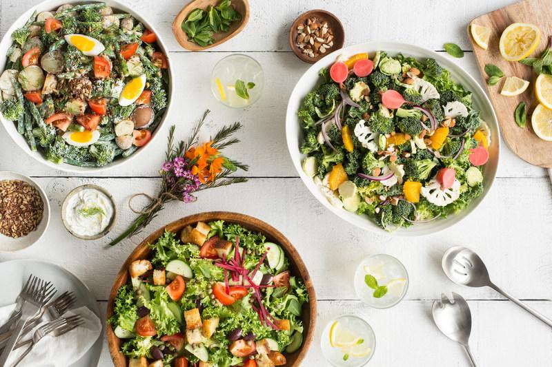 Voici le vaste choix de salades concoctées par Salades Mad Radish, les nouveaux restos du fondateur de DAVIDs TEA, David Segal, qui ouvrent leurs portes aujourd'hui à Ottawa. (Groupe CNW/Mad Radish)