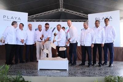 O presidente da Republica Dominicana, Danilo Medina, juntamente com Bruce Wardinski, CEO da Playa Hotels & Resorts, e Carlos Cabrera, vice-presidente de Operações All Inclusive da Hyatt, na cerimônia de início da construção do Hyatt Zilara e do Hyatt Ziva Cap Cana.