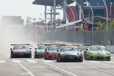 Les rues cahoteuses et inégales à proximité d'Exhibition Place au centre-ville de Toronto étaient bordées d'amateurs réunis pour assister aux deux épreuves de 45 minutes mettant en scène les pilotes de la série Ultra 94 Porsche GT3 Cup Challenge Canada présentée par Yokohama. (Groupe CNW/Automobiles Porsche Canada)