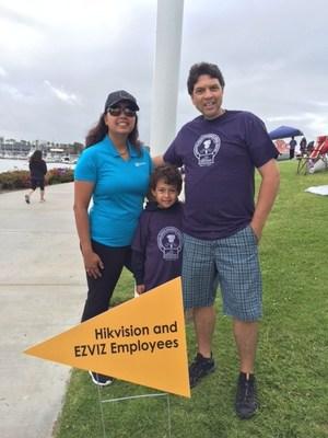 """La famille Barr – Miki, Michael (un survivant du cancer) et leur fils Adriaan – célèbre la contribution généreuse de Hikvision et de EZVIZ a la collecte annuelle """"Torch Run"""" du Centre JJCCC."""