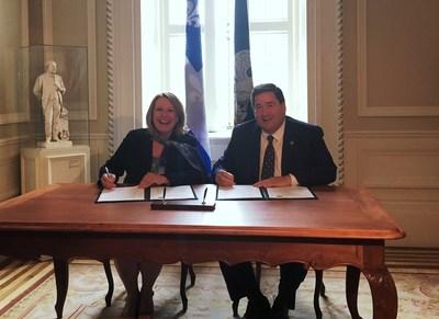Signature de la déclaration conjointe entre Christine St-Pierre, ministre des Relations internationales et de la Francophonie, et Billy Nungesser, lieutenant-gouverneur de la Louisiane. (Groupe CNW/Cabinet de la ministre des Relations internationales et de la Francophonie)