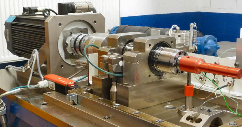 Friction test rig to measure real bearings: Like many of the test rigs used by Federal-Mogul Powertrain this test bench was developed in-house. © 2017 Federal-Mogul LLC
