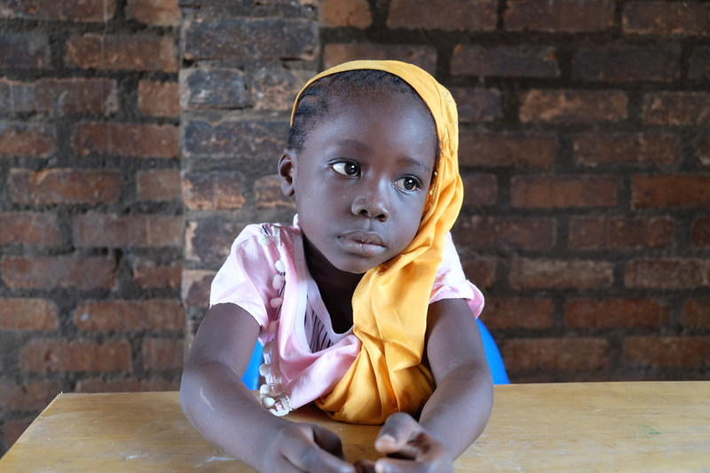 A little girl sits in a classroom in Koudougou elementary school. As most schoolteachers are afraid to go into the enclave, the school has not been functioning properly for the past two years. © UNICEF/UN08040/Le Du (CNW Group/UNICEF Canada)