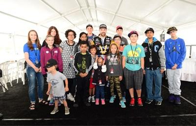 James Hinchcliffe, pilote canadien d'IndyCar, rend visite à des enfants de Fais-Un-Voeu(MD) Canada lors du vendredi des amateurs qui se tenait dans le cadre de l'événement Honda Indy de Toronto. La fin de semaine de la course a permis de recueillir près de 90 000 $ afin de contribuer à réaliser les rêves d'enfants dont la santé est gravement menacée. (Groupe CNW/Honda Canada Inc.)