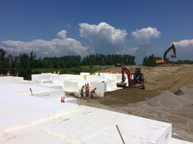 Chantier de l'autoroute 25 – 18 juillet 2017 - Mise en place du remblai léger. (Groupe CNW/Ministère des Transports, de la Mobilité durable et de l'Électrification des transports)