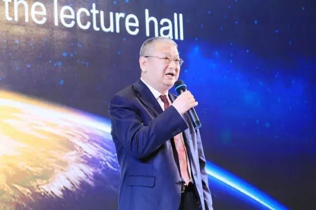 Li Zhenguo, presidente de LONGi, pronuncia un discurso ante un foro.